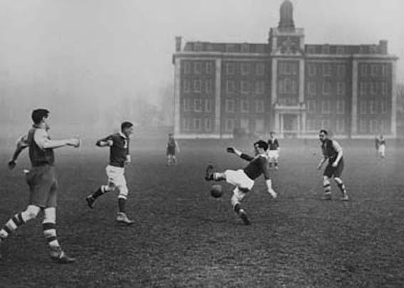 Football dans les brumes londonniennes.