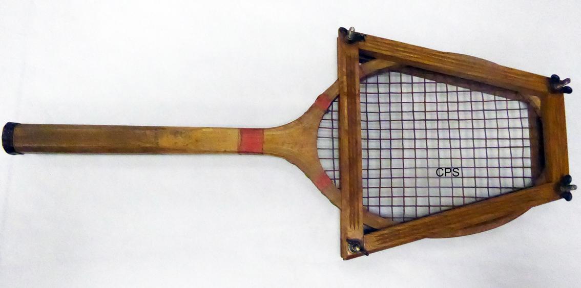Une raquette en bois cordée de boyau