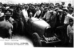 P.Bernusset président de l'AMCC, organisateur de l'épreuve est appuyé à la voiture du vainqueur (costume sombre et lunettes)